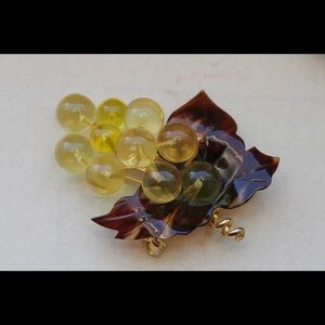 Jewelry - Vintage mid century brooch lucite grape cluster